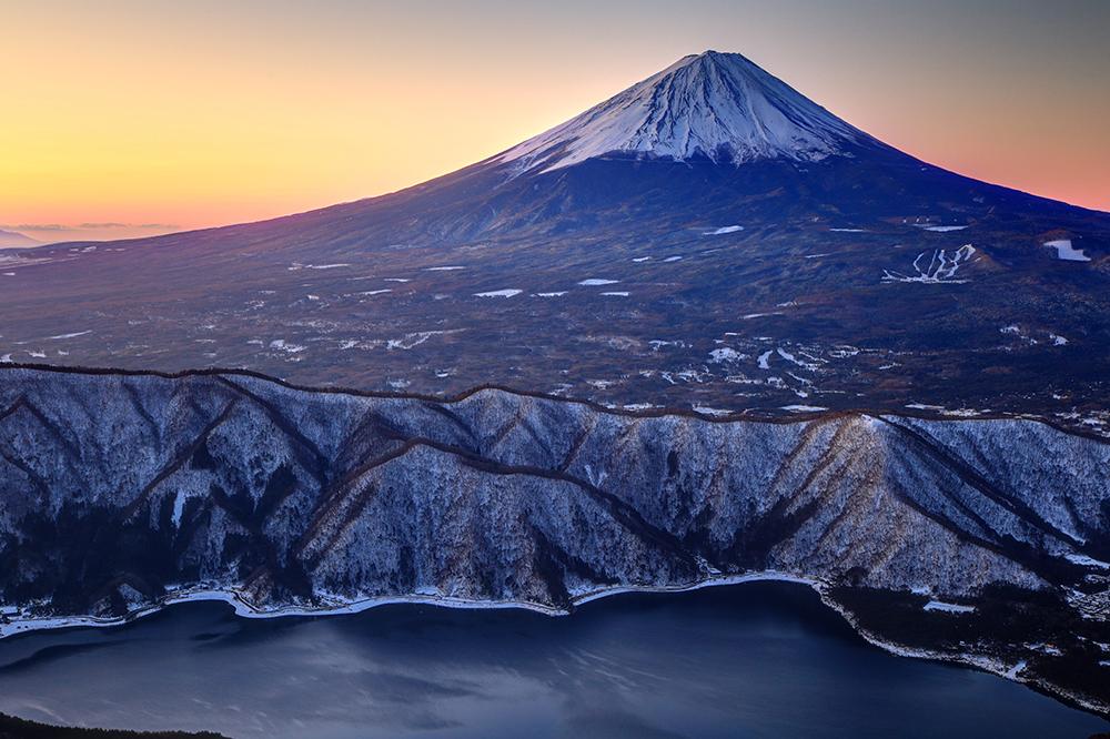 御坂山地・雪頭ヶ岳から黎明の富士山と西湖