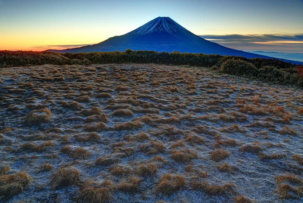 降霜の竜ヶ岳から見る夜明けの富士山