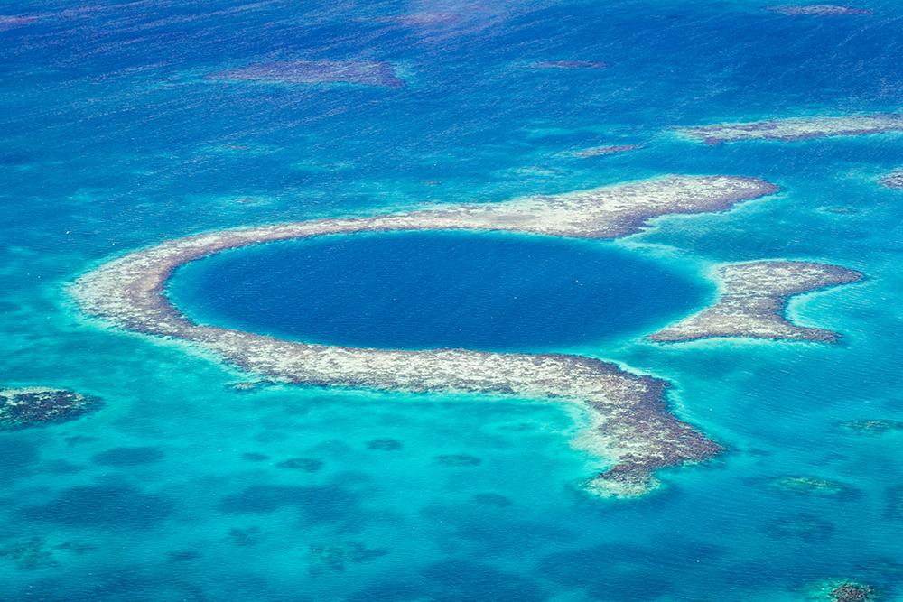 カリブ海の絶景、青い巨大宝石「グレート・ブルー・ホール」