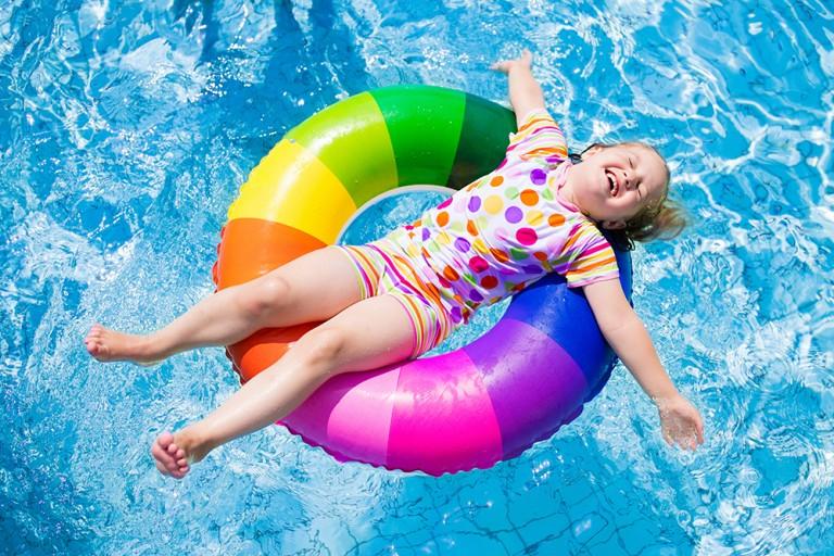 プールのシーズン!そういえば、プールの塩素って身体にどうなの?
